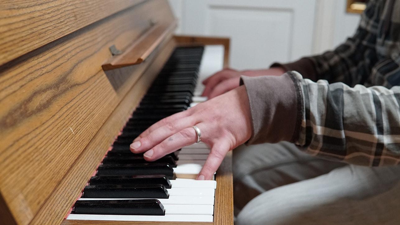 Ville soittamassa pianoa.
